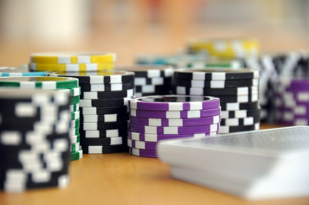 ¿Quieres convertirte en un profesional del póker? Te damos algunos consejos básicos